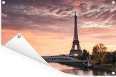 Een mooie oranje lucht boven de Eiffeltoren in Parijs Tuinposter 180x120 cm - Tuindoek / Buitencanvas / Schilderijen voor buiten (tuin decoratie) XXL / Groot formaat!