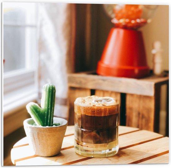 Forex - Drankje + Cactus op Tafel  - 50x50cm Foto op Forex