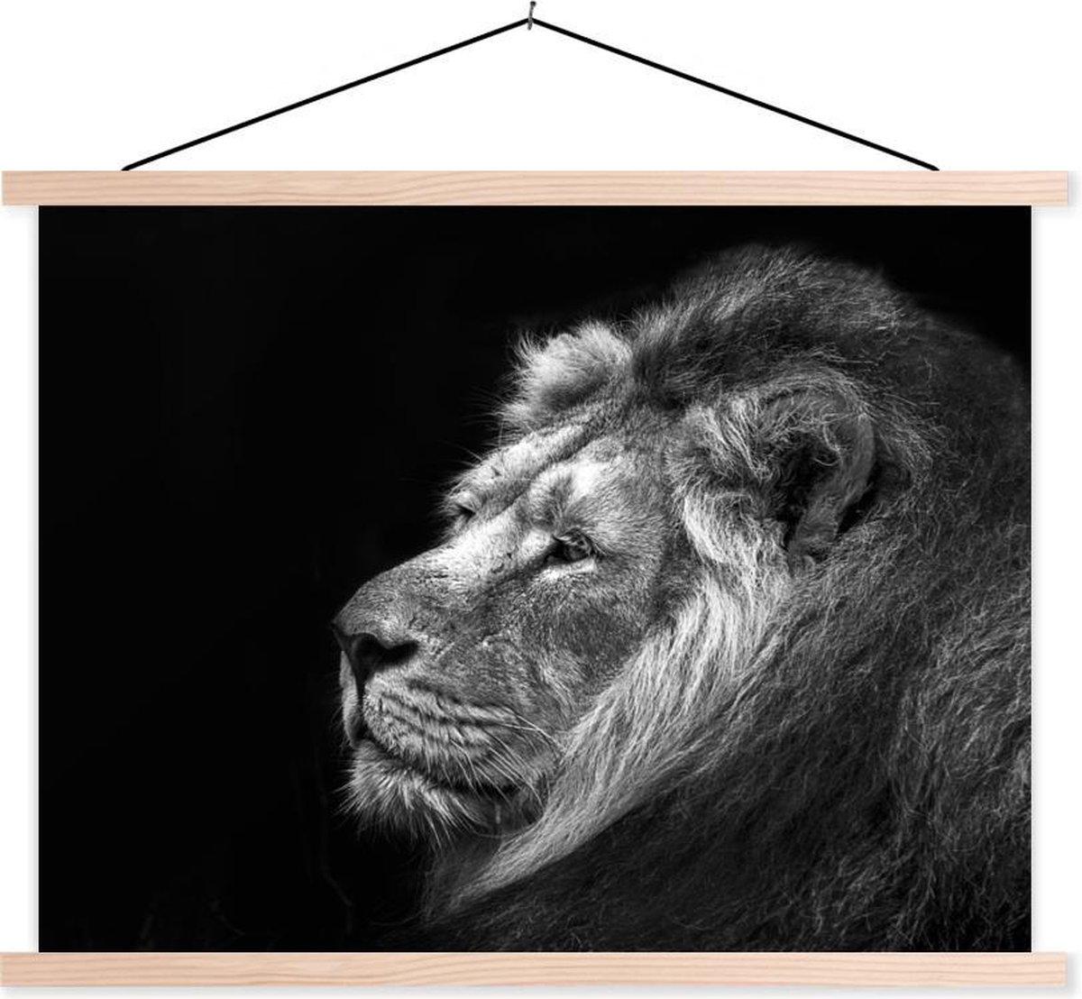 Leeuw tegen zwarte achtergrond in zwart-wit textielposter latten blank 40x30 cm - klein - Foto print op schoolplaat (wanddecoratie woonkamer/slaapkamer)