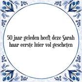 Tegeltje met Spreuk (50 jaar Sarah cadeau): 50 jaar geleden heeft deze Sarah haar eerste luier vol gescheten + Cadeau verpakking & Plakhanger