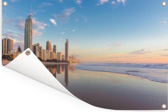 Tuinposter Gold Coast - De Gold Coast bij zonsopgang met een blauwe hemel in Australië Tuinposter 90x60 cm - Tuindoek/Buitencanvas/Schilderijen voor buiten (tuin decoratie)