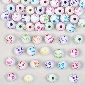 Gekleurde kralen met grappige gezichten waar kinde