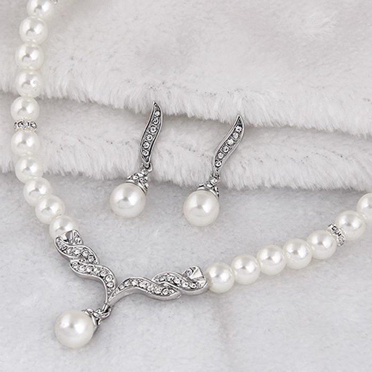 Fashionidea – Luxueuze zilverkleurige ketting met witte parels, glimmende zirkonias en bijpassende oorbellen - fashionvibe.nl