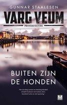 Boek cover Varg Veum serie 22 -   Buiten zijn de honden van Gunnar Staalesen (Paperback)