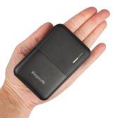 LifeGoods 10000 mah Powerbank - Kleine Licht Gewicht Externe Batterij met Quick Charge - 4 Poorten (Dual 2.4A USB/Micro-USB/USB-C) - Mini Snellader Universeel Geschikt voor Samsung / iPhone en andere Smartphones of Tablets - Inclusief Kabel – Zwart