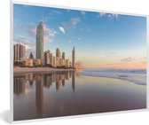 Foto in lijst - De Gold Coast bij zonsopgang met een blauwe hemel in Australië fotolijst wit 60x40 cm - Poster in lijst (Wanddecoratie woonkamer / slaapkamer)