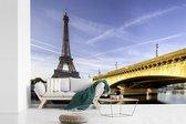 Prachtige brug en de Eiffeltoren net na de zonsopkomst fotobehang vinyl 330x220 cm - Foto print op behang