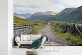 Fotobehang vinyl - Landweggetje richting de Ben Nevis in Schotland breedte 420 cm x hoogte 280 cm - Foto print op behang (in 7 formaten beschikbaar)