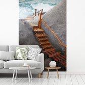 Fotobehang vinyl - Steiger tussen de rotsen Ko Tao Thailand breedte 175 cm x hoogte 260 cm - Foto print op behang (in 7 formaten beschikbaar) - slaapkamer/woonkamer/kantoor