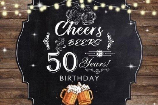 Verjaardag - Versiering - Wanddoek -  Banner van Polyester - 120cm (Breed) x 80cm (Hoog) - Man - Abraham - 50 jaar - Bier - Proost - Cheers