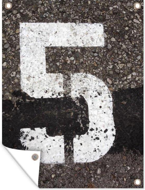 Witte nummer 5 op asfalt Tuinposter 60x80 cm - Tuindoek / Buitencanvas / Schilderijen voor buiten (tuin decoratie)