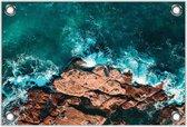 Tuinposter –Helderblauwe Zee bij de Rotsen– 120x80 Foto op Tuinposter (wanddecoratie voor buiten en binnen)