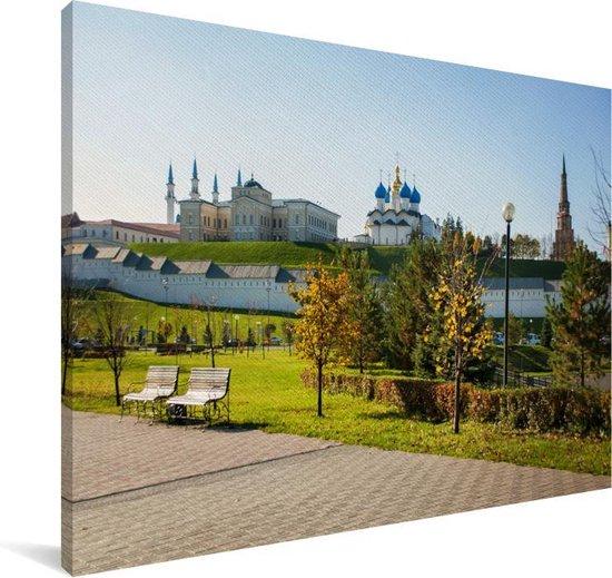 Blauwe lucht boven een park in het Oost-Europese Kazan Canvas 120x80 cm - Foto print op Canvas schilderij (Wanddecoratie woonkamer / slaapkamer)