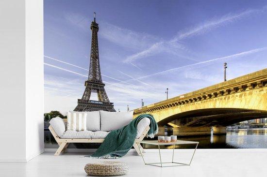 Prachtige brug en de Eiffeltoren net na de zonsopkomst fotobehang vinyl 420x280 cm - Foto print op behang