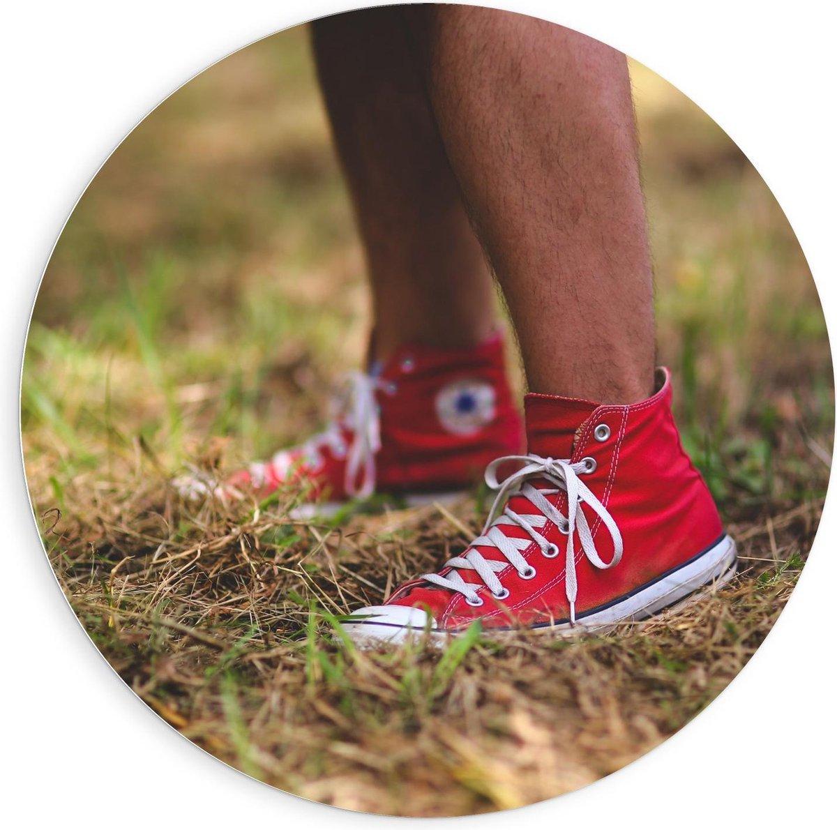Forex Wandcirkel - Rode All Stars in het Gras - 90x90cm Foto op Wandcirkel (met ophangsysteem)