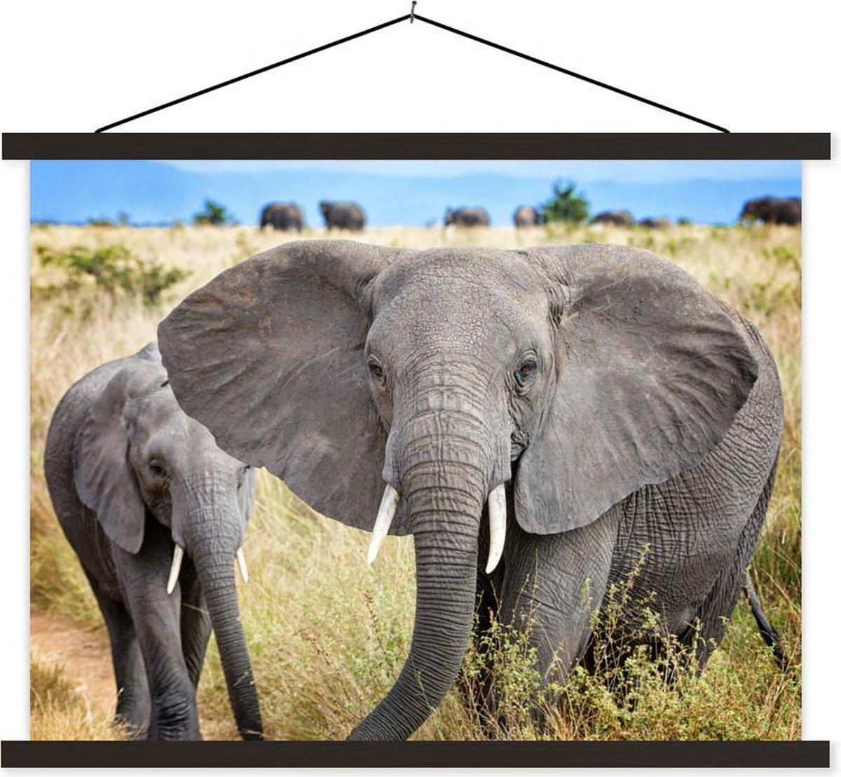 Olifanten lopen dreigend naar de camera textielposter latten zwart 120x90 cm - Foto print op schoolplaat (wanddecoratie woonkamer/slaapkamer)