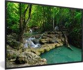 Foto in lijst - Groene natuur in het Nationaal park Erawan in Thailand fotolijst zwart 60x40 cm - Poster in lijst (Wanddecoratie woonkamer / slaapkamer)