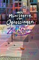 Boek cover Het Ministerie van Oplossingen 4 -   Het ministerie van Oplossingen en de Zilverjongen van Sanne Rooseboom (Hardcover)