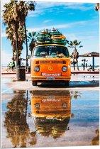 Plexiglas - Oranje Busje op het Strand - 60x90cm Foto op Plexiglas (Met Ophangsysteem)