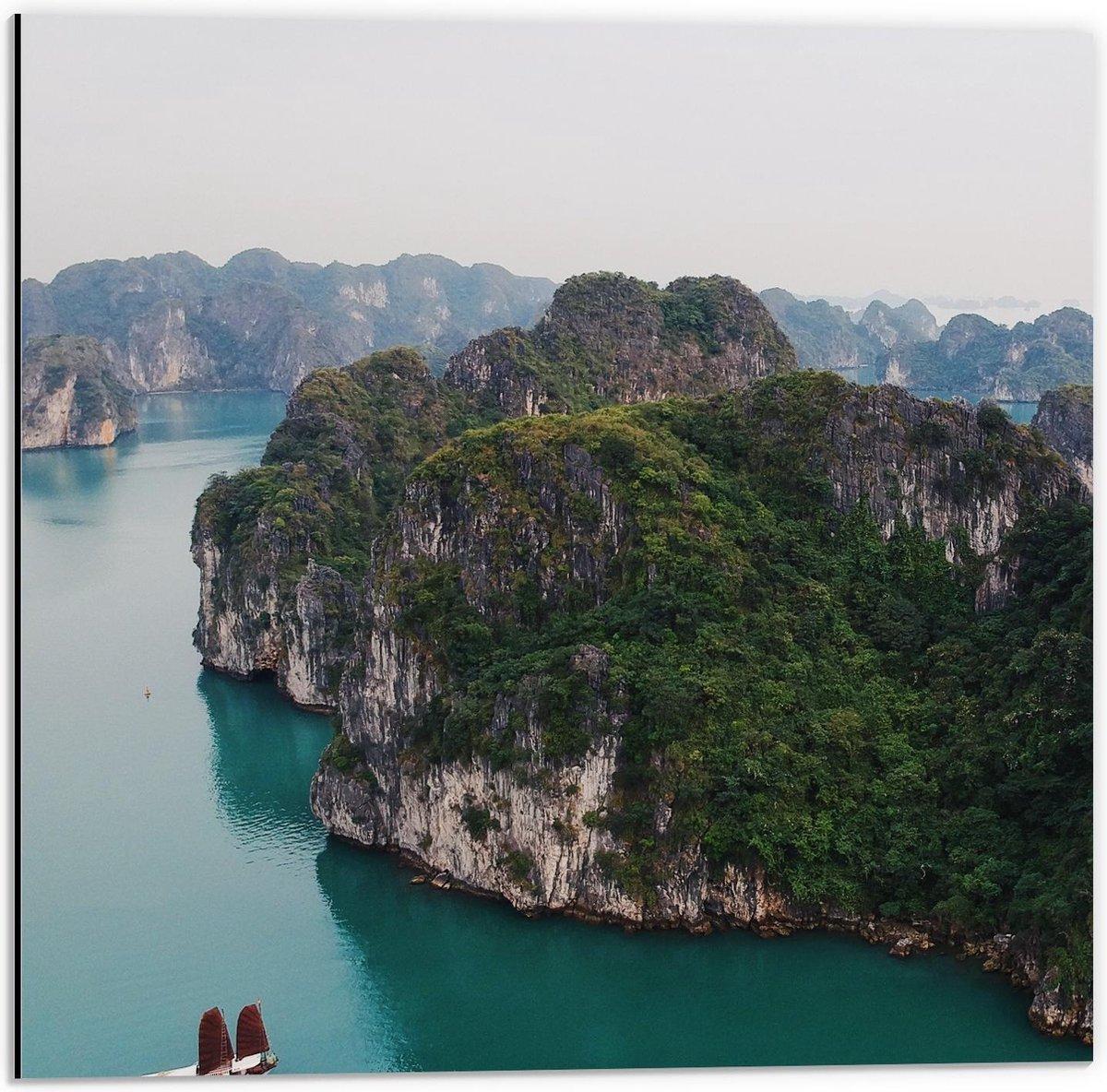 Dibond - Boten en Rotsen in Water in Vietnam - 50x50cm Foto op Aluminium (Met Ophangsysteem)
