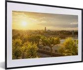 Foto in lijst - Zonsondergang over Montpellier in Frankrijk fotolijst zwart met witte passe-partout 60x40 cm - Poster in lijst (Wanddecoratie woonkamer / slaapkamer)