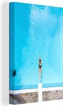 Canvas Schilderij Vogelperspectief Zomer - Bovenaanzicht van een vrouw die in een zwembad duikt - 20x30 cm - Foto print op Canvas schilderij (wanddecoratie woonkamer / slaapkamer)