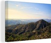 De Trodos bergen op Cyprus tijdens een zonnige dag 140x90 cm - Foto print op Canvas schilderij (Wanddecoratie woonkamer / slaapkamer)
